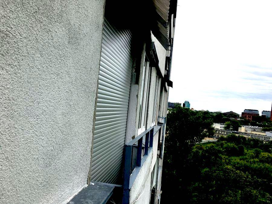 Roleta zewnętrzna jako osłona balkonu.