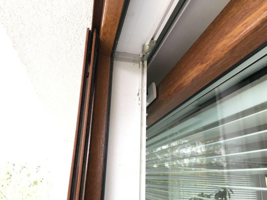Żaluzje drewniane do okien przesuwanych.